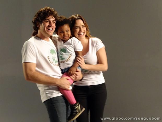 Bento e Malu posam com menininha linda (Foto: Sangue Bom/TV Globo)