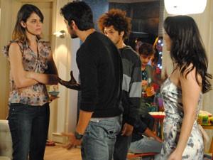 Ana não gosta nada e faz barraco (Foto: Malhação / Tv Globo)