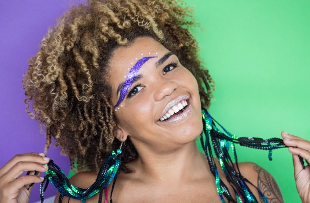 Saiba como decorar sobrancelhas com glitter para folia (Foto:  )