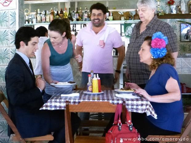 Félix recebe seu PF de bife com ovo... (Foto: Amor à Vida / TV Globo)