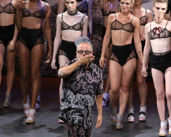 Ronaldo Fraga se emociona ao final do desfile dedicado a mulheres trans (Foto: AgNews)