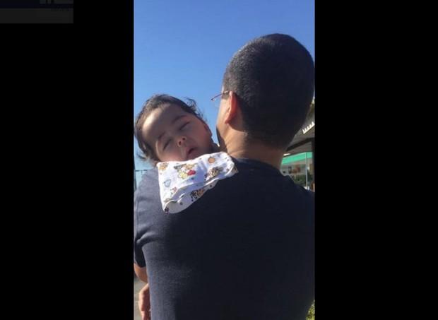 Bebê Breno no colo do pai  (Foto: Reprodução/Facebook)