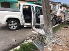 Pintor de carros sai em caminhonete de cliente e bate em poste na Paraíba