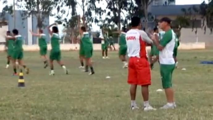 Baraúnas e Potiguar fazem treinamento simultâneo no campo de futebol da Ufersa, em Mossoró (Foto: Reprodução/TCM)