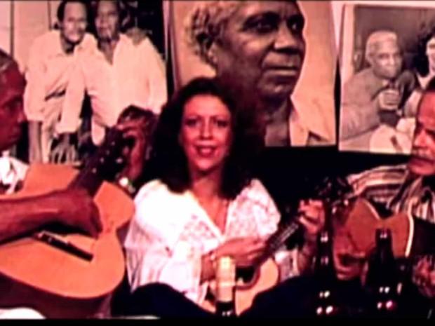 Beth Carvalho, entre Nelson Cavaquinho e Guilherme de Brito, duas lendas da Mangueira (Foto: Reprodução/TV Globo)