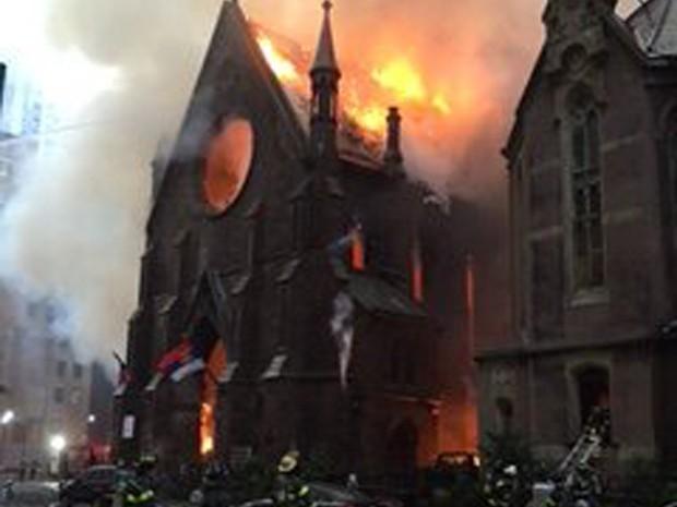 Incêndio na Igreja de San Sava, em Nova York (Foto: Reprodução / Twitter)