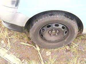 Carro da reportagem não escapou dos buracos e foi danificado.  (Foto: reprodução/TV Tem)