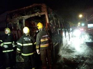 Mais um ônibus foi incendiado no bairro Ingleses (Foto: Glauco Araújo/G1)