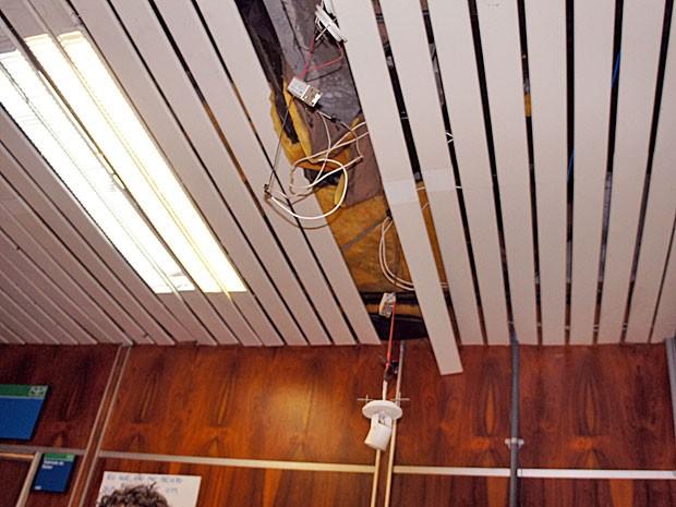 Lâmpadas da reitoria da UnB que foram danificadas durante a ocupação (Foto: Ricardo Moreira/G1)