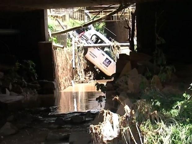 Carro em área alagada caiu em córrego e foi arrastado por quilômetros (Foto: Reprodução / TV TEM)