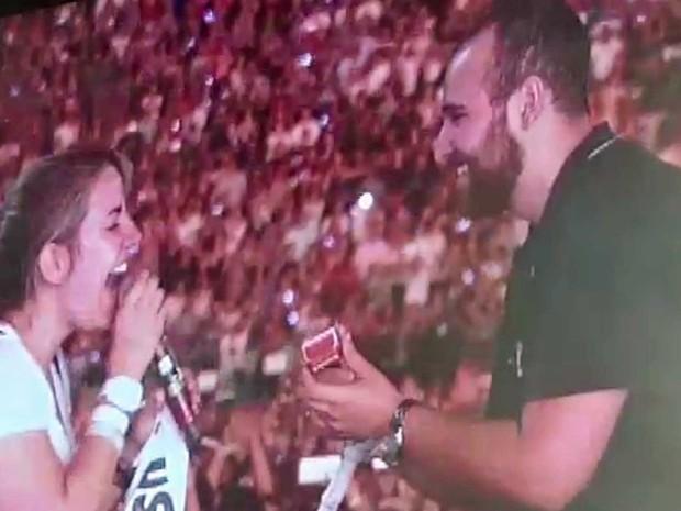 Casal fã do Coldplay celebrou noivado durante show da banda em São Paulo (Foto: Brualio Lorentz / G1)