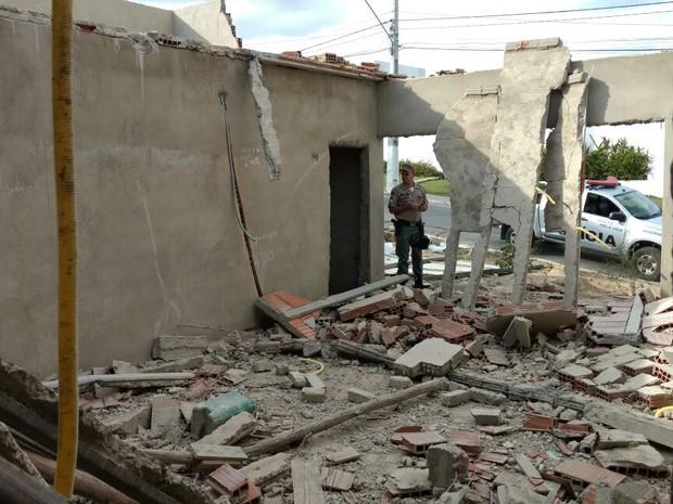 Laje cai em um posto de saúde em construção em Canhotinho, no Agreste (Foto: Divulgação/ Policia Militar)
