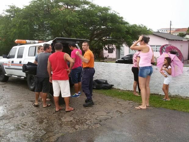 Defesa Civil distribuiu lonas no Norte de Florianópolis, região bastante atingida pelo  vendaval (Foto: Defesa Civil/Divulgação)