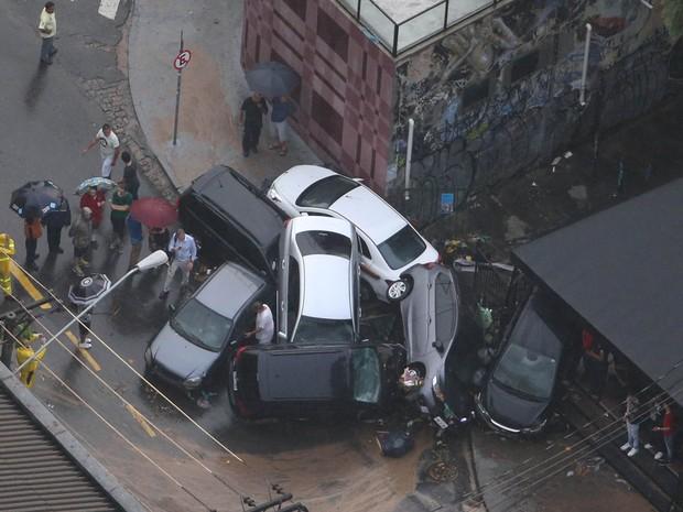 Carros ficam empilhados na rua Harmonia, na Vila Madalena, Zona Oeste de São Paulo (Foto: Tiago Queiroz/Estadão Conteúdo)