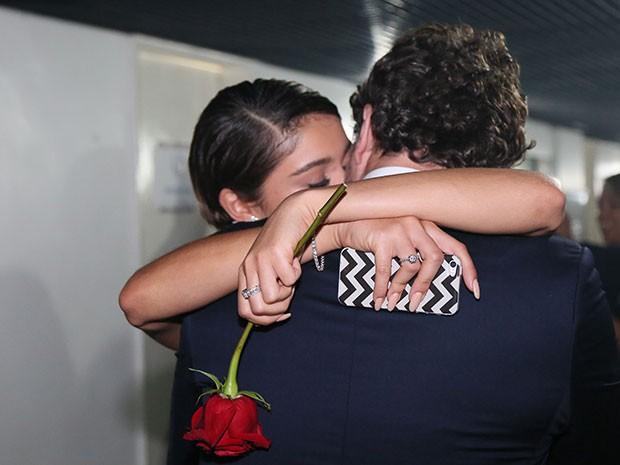 Clima romântico! Daniel ganha flor do Rei, repassa para amada e ganha beijo (Foto: Carol Caminha/Gshow)