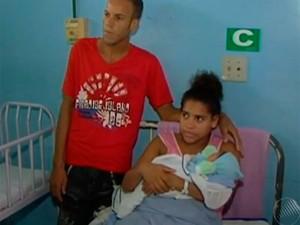 Casal denunciou médico em 2013, também por cobrança de parto normal pelo SUS, Bahia (Foto: Reprodução/ TV Santa Cruz)
