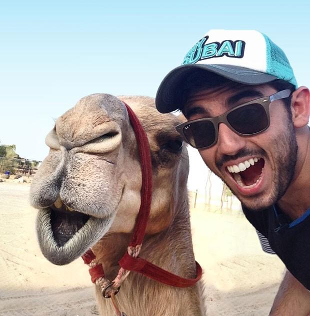 Paulo del Valle com um camelo em Dubai (Foto: Paulo del Valle/Divulgação)
