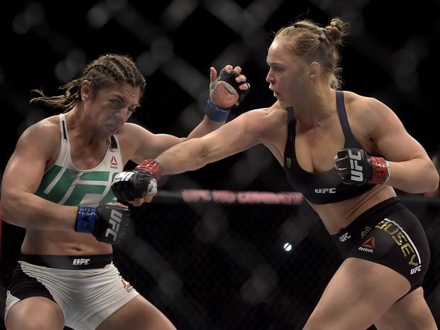 Ronda Rowsey (à dir.) luta contra a brasileira Bethe Correia no Rio de Janeiro pelo cinturão do UFC (Foto: Alexandre Loureiro/Inovafoto via AP)