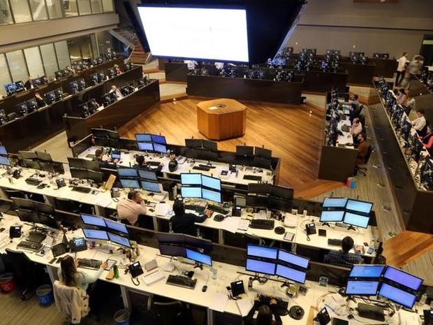 Operadores trabalhando na Bolsa de Valores de São Paulo nesta sexta-feira (24) (Foto: Reuters/Paulo Whitaker)