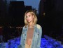 Hailey Baldwin usa shortinho e deixa barriga à mostra em evento de moda