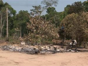 Corpos carbonizados foram encontrados dentro da casa que foi incendiada pelos atiradores (Foto: José Manoel)