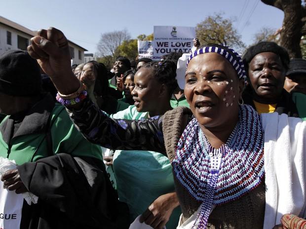4/7 - Integrantes do liga feminina do Congresso Nacional Africano cantam em apoio a Nelson Mandela em frente ao hospital em que ele está internado em Pretória (Foto: Thomas Mukoya/Reuters)