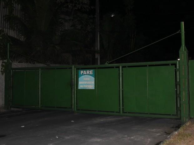 A empresa só permitiu a entrada da polícia e dos familiares no local do acidente (Foto: Marcos Dantas/G1 AM)
