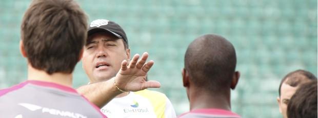 Márcio Goiano, técnico do Figueirense, orienta seus comandados (Foto: Luiz Henrique, Divulgação / Figueirense FC)