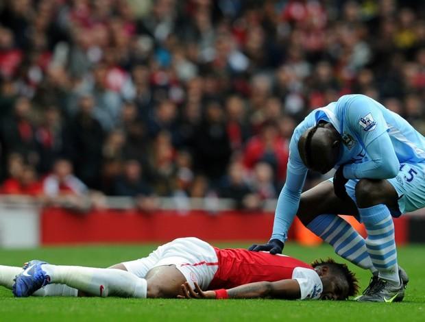 Mario Balotelli se desculpa com Song no jogo entre Arsenal e Manchester City (Foto: Getty Images)