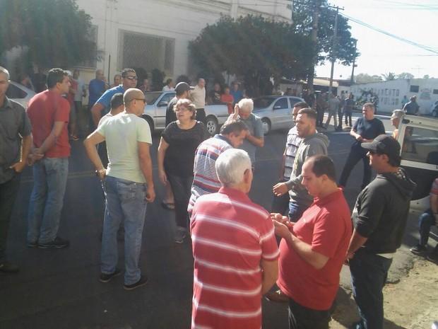 Funcionários da Dedini realizam ato em frente à Justiça Federal em Piracicaba (Foto: Wesley Justino/EPTV)