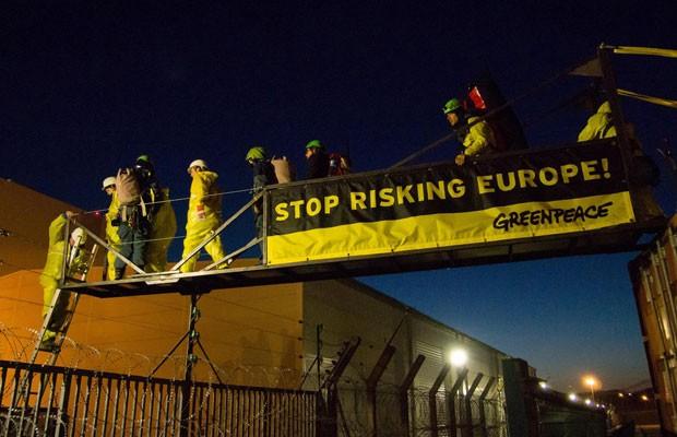 Ativistas colocam faixas em usina nuclear na França (Foto: Bente Stachowske/Reuters)