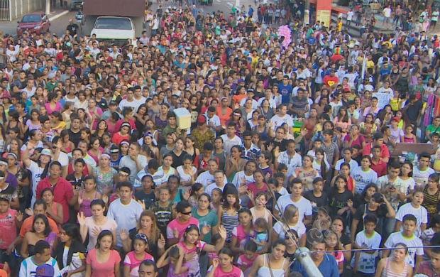 Multidão de pessoas reunidas para adorar ao Senhor na marcha para Jesus (Foto: Reprodução/TV Amapá)