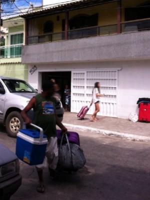 Turistas trazem comida e bebida, prejudicando o comércio local (Foto: Flavio Flarys / G1)