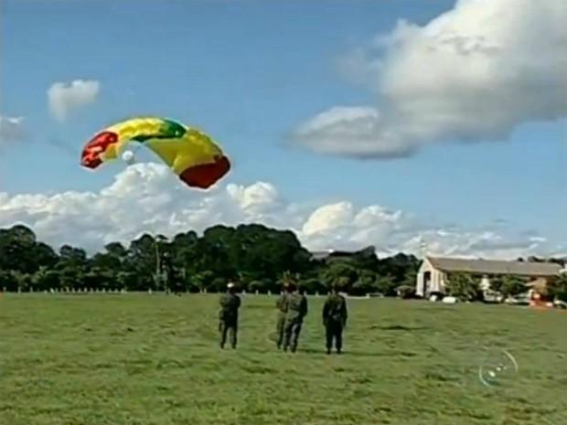 Treinamento salto paraquedas (Foto: Reprodução TV TEM)