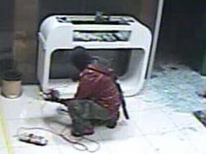 Homem aparece instalando explosivos na agência (Foto: Reprodução)