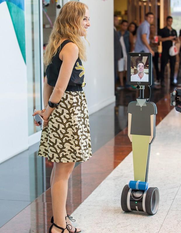 O robô comandado por Rodrigo passeou pelo shopping (Foto: Artur Meninea/Gshow)