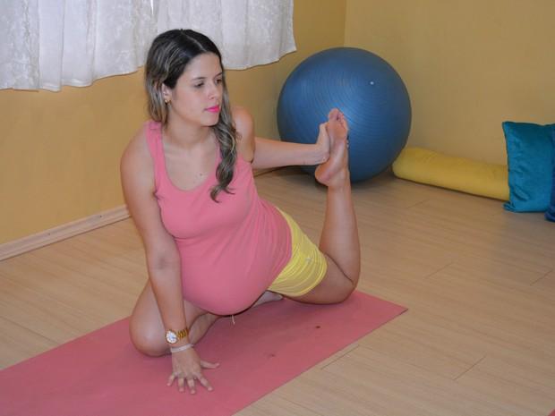 Adalgiza pratica yoga há dois meses para relaxar e se prepara para o nascimento de seu 2 filho (Foto: Hosana Morais/G1)