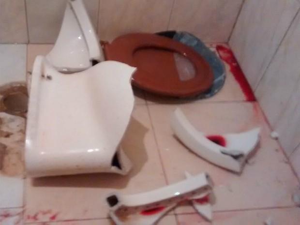 Criança caiu em cima de vaso sanitário (Foto: Experidião Porto/Arquivo Pessoal)