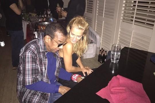 Jorge Benjor e Carolina Dieckmann, na festa na casa de Paula Lavigne (Foto: Reprodução Instagram)