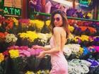 Thaila Ayala usa vestido decotado nas costas em Nova York