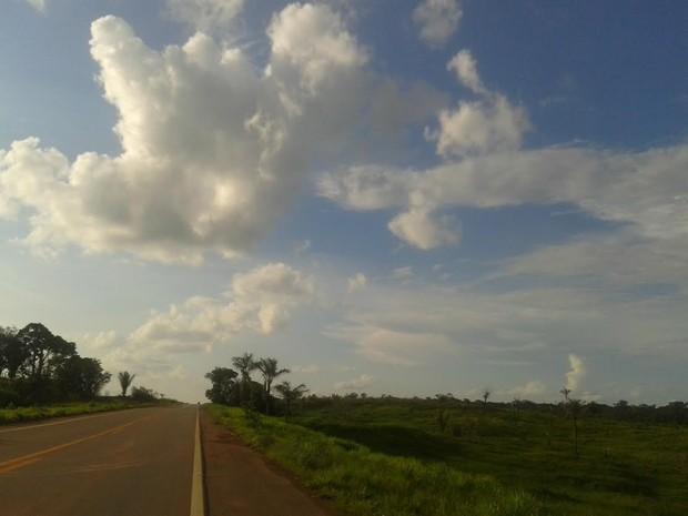 Sol aparece entre muitas nuvens neste sábado, 13, em quase todo o Estado de Rondônia (Foto: Suzi Rocha/G1)