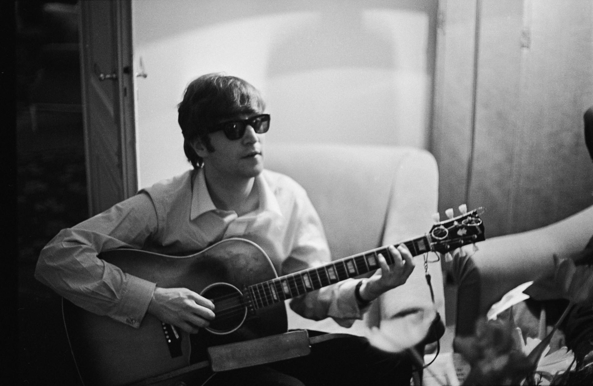 O assassino Mark David Chapman decidiu matar o cantor porque ele era o mais famoso dos Beatles. Chapman demarcou o apartamento de Lennon em Nova York ao meio-dia – ele chegou até a conversar com o marido de Yoko Ono, pedindo para ele autografar um álbum. Às 11 horas da noite, quando John e esposa retornavam à casa, o psicopata atirou 5 vezes com seu revólver calibre 38, dos quais 4 acertaram Lennon. (Foto: Getty Images)