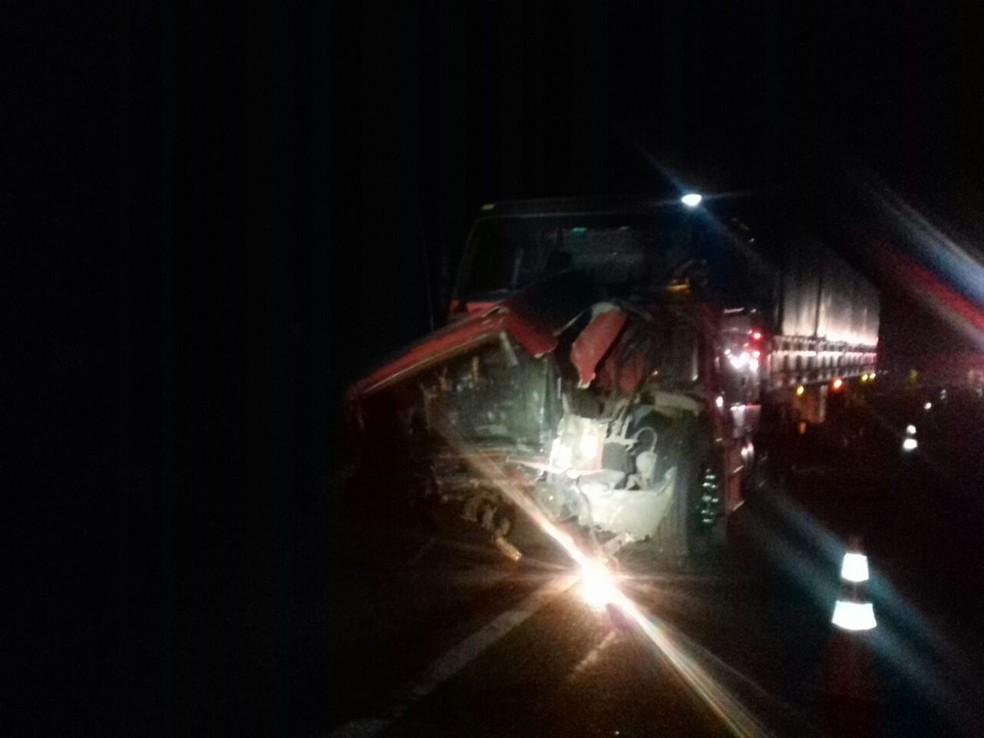 Carro e caminhão bateram de frente (Foto: Divulgação/PRF)