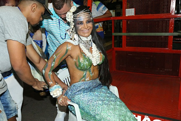 Shayene Cesário, musa da Portela, virando 'sereia' pra desfile (Foto: Celso Tavares/EGO)