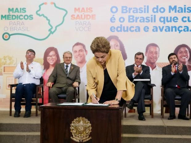 Presidente Dilma Rousseff assina medida provisória que estende contratos do Mais Médicos até 2019 (Foto: Roberto Stuckert Filho/PR)