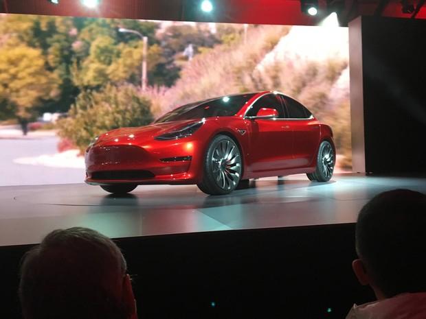 Tesla lança seu carro elétrico mais acessivel, o sedã Model 3 (Foto: Joe White/Reuters)