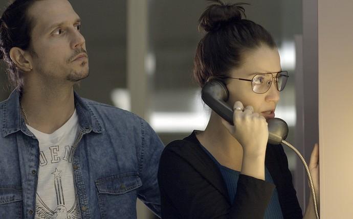 Júlia liga para a polícia do aeroporto e denuncia Alex (Foto: TV Globo)