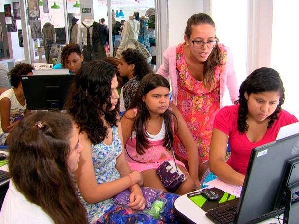 Meninas aprendem (Foto: Globo)