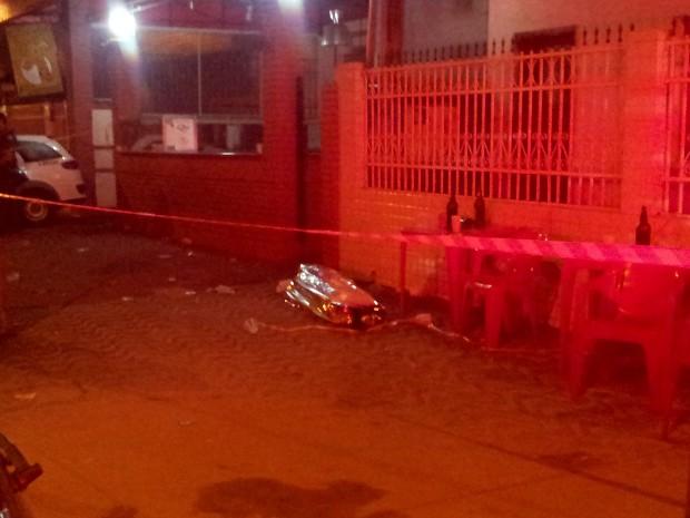 Corpo de jovem estudante momentos após o crime (Foto: Rodrigo Martins/ G1)
