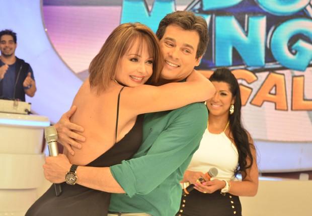 Gabriela Spanic abraça o apresentador Celso Portiolli (Foto: Caio Duran/AgNews)